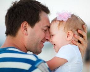 estimulacion de padre a niña de 1 año