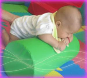 ayudar a levantar la cabecita usando el rodillo