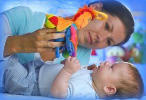 motivar al bebe a mover la cabeza de un lado a otro
