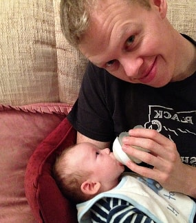 encargar a papá darle mamadera o tetina al bebe