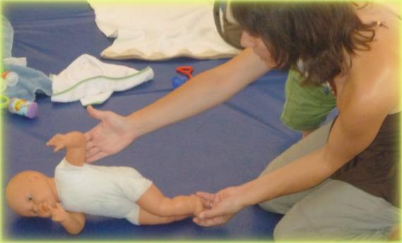 ayudar al bebe a voltearse de un lado hacia el otro