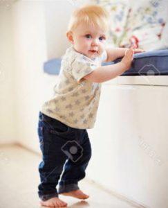 baby caminando apoyado