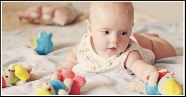 bebe alcanza juguete