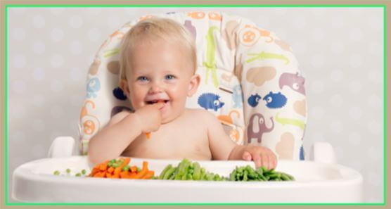 niño comiendo solo