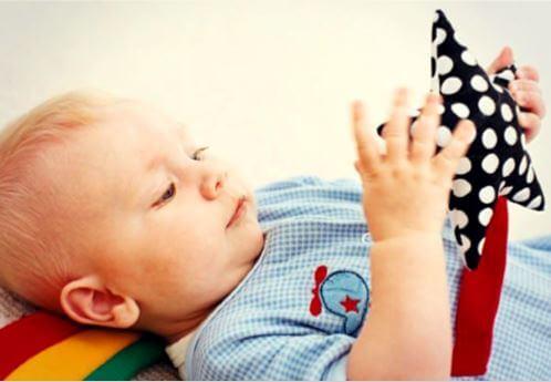 bebé de 10 meses jugando