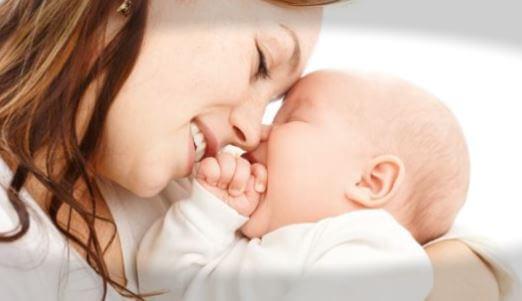 mamá abrazando a su bebé de dos meses