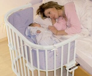bebe durmiendo con su papa en la cuna