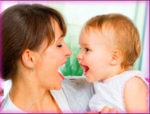 mamá hablando con bebé de meses